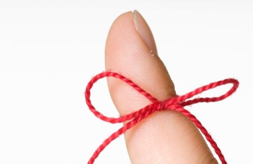 red_reminder_string_on_finger